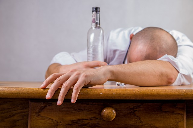 アルコール依存症は女性のほうが発症しやすく、遺伝的要因も関係します