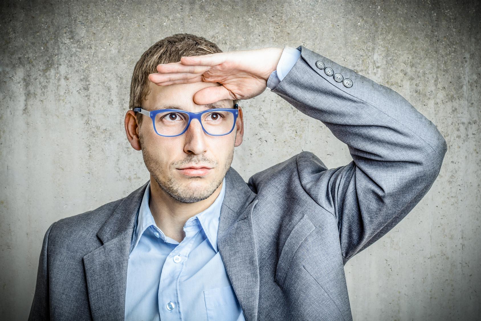 遠視の症状は疲れやすいだけ!?視力がよくても要注意!